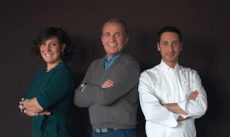 Carmen Moretti e Martino de Rosa, fondatori di At Carmen,insieme allo chef de L'Albereta Fabio Abbattista, che da due anni ha preso il posto di Gualtiero Marchesi per la gestione della ristorazione del relais in Franciacorta. E' stato il primo successo della nuova società