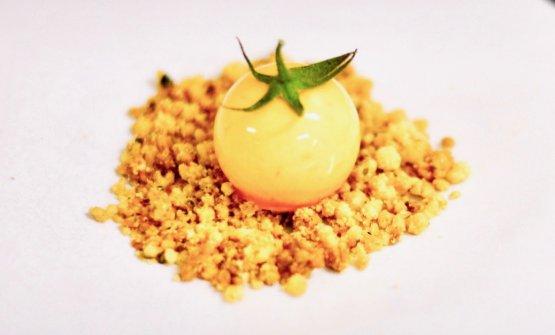 Semifreddo gastronomico al pomodoro con pangrattato tostato nella lezione di Luca Bernardinial GeCo di Milazzo