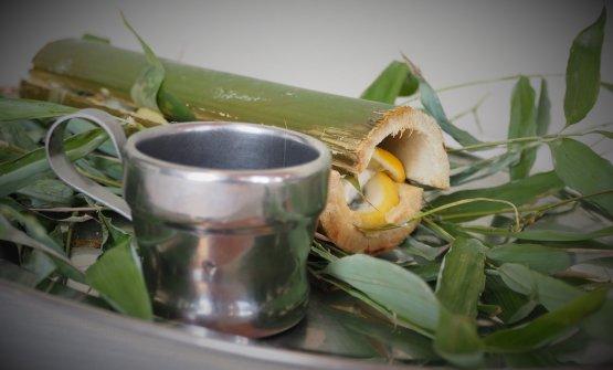 Rombo al bambù: trancio di rombo cotto alla brace in canne di bambù e servito con scarola in pastella di Cynar e salsa di brodo di rombo e Cynar