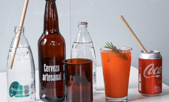 CARNE è un fast food libero dalla plastica monouso. Un gran esempio: niente cannucce, piatti, bottiglie, piatti o posate di plastica. Le cannucce sono riutilizzabili e fatte di un materiale vegetale, ecologico e biodegradabile, prodotte da Bioconexiòn, a Yala, nella regione di Jujuy, nell'estremo Nord Ovest del Paese. I bicchieri, di vetro, sono ricavati dalle bottiglie riciclate della birra