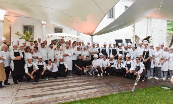 Foto di gruppo ndei grandi chef già impegnati ad Astino qualche mese or sono, per i 50 anni del Da Vittorio. Ora si ripete, alla grande