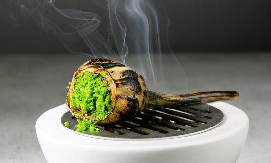 Secondo piatto: carciofo affumicato in sala abbrustolendo le sue foglie sotto a una griglia