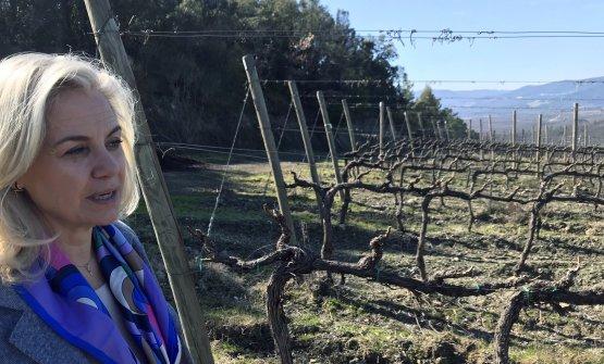 Emilia Nardi nel vigneto Oria, con terreno vulcanico