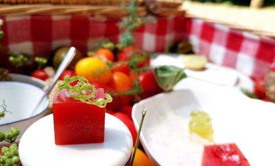 Gelatina al peperone rosso con scorze di lime, tra le tapas di benvenuto servite nei giardini del Mirazur, all'ombra generosa di alberi da frutta