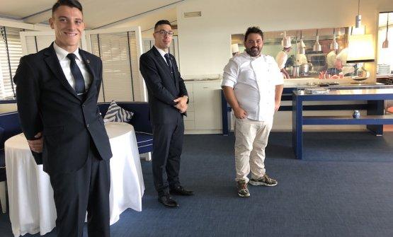 Giuseppe Mancino coi suoi ragazzi di sala. Il maitre e sommelier è l'esperto Fabio Santilli, molisano
