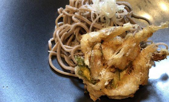 Soba (fatti a mano dallo chef) con kakiage, cioècroccante di gamberi in tempura, crudo di cipollotti e salsa di soba-dashi