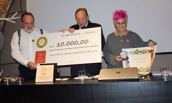 Paolo Petroni,presidente dell'Accademia Italiana della Cucina(al centro), consegna a Cristina Bowerman e Paolo Marchi il premio Vergani