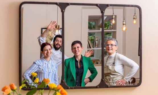 Lo chef con la compagna Maily Dolci, che cura la sala, Margherita Bucci (cura la comunicazione) e mamma Carla Zanni «che mi aiuta per la raccolta delle erbe di campo, dei fiori eccetera»