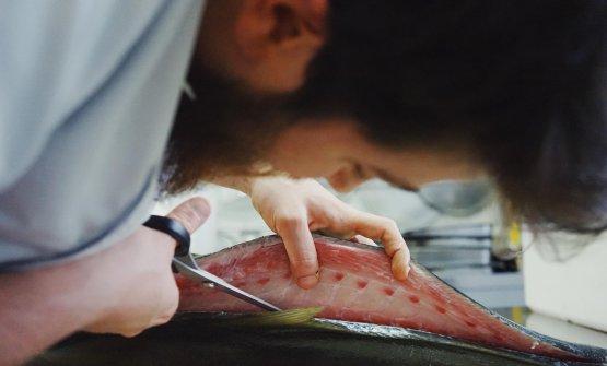 Pietro Montanariin azione. È il giovane chef della Cesoia, a Bologna