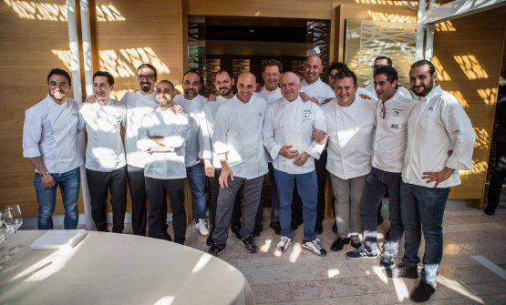 Prima foto di gruppo per gli chef coinvolti in que