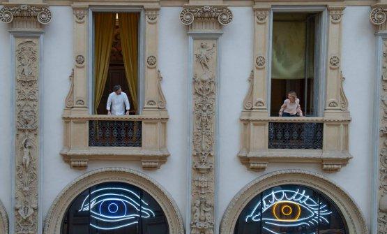 «L'artista Patrick Tuttofuoco ha realizzato un'opera intitolata Heterochromic (Rosa e Carlo), in cui le lunette si trasformano in due occhi, il mio e quello di mia moglie, generando un unico individuo con due iridi di diverso colore»