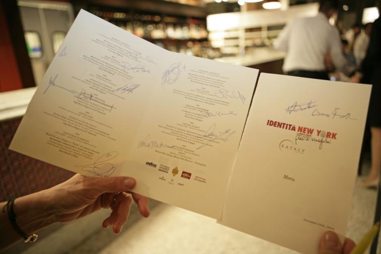 Il menu della cena di gala autografato da Paolo Marchi, Oscar Farinetti e da tutti gli chef protagonisti