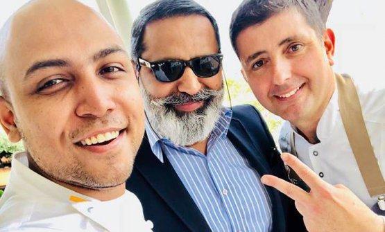 Sanjay Thakur, a sinistra, conSunny Menon (fondatore di una società di import-export tra Italia e India) e lo chef Pietro D'Agostino, de La Capinera di Taormina. I tre sono stati ritratti dieci giorni fa a Cibo Nostrum