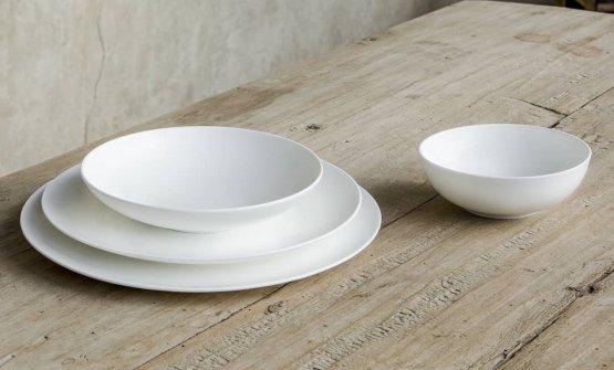 Aida, dalle forme armoniose e ideale per aggiungere un tocco moderno alla tavola.Linea Aida Schonhuber Franchi, in Fine Bone China