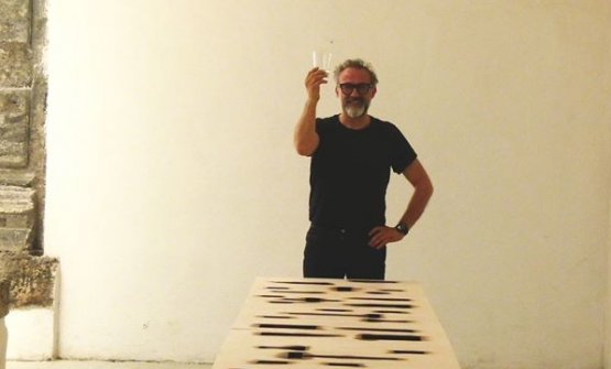 Massimo Bottura di fronte a uno dei Tavoli Cenacolo di Mimmo Palladino, che verrà installato nel Chiostro di Santa Caterina per il nuovo Social Table di Food For Soul in collaborazione con Made in Cloister