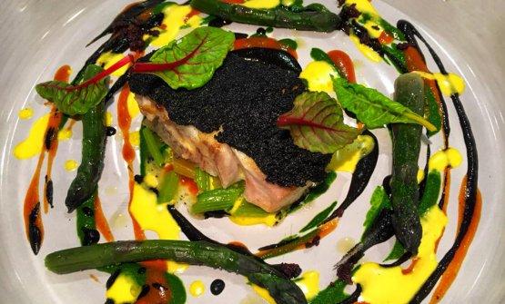 Trancio di pesce nostrano in crosta al nero di seppia, bietole colorate, riso e zafferano