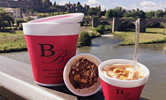 I gelati della Patisserie Bimas. E la cittadella di Carcassonne sullo sfondo