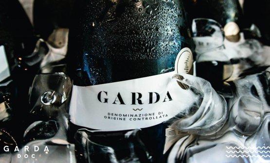 Uno spumante, miscelato,scelto come simbolo e tipologia centrale della denominazione che va a riunire, come denominatore comune, i sette milioni di bottiglie prodotte nella zona del Garda sotto vario nome