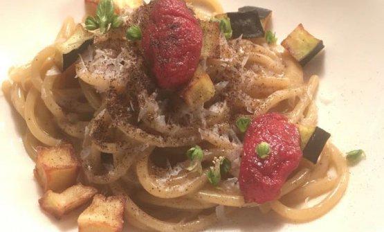 Spaghetti alle melanzane bruciate, ricotta salata e datterini