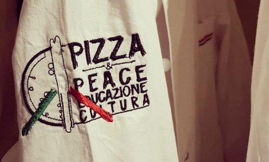 Il logo dell'associazionedi pizzaioli toscani Pizza & Peace sulla giacca di uno degli associati