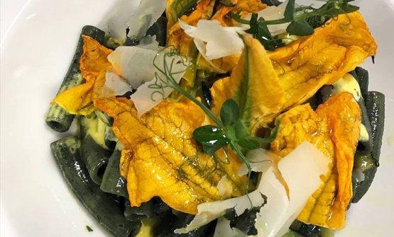 Alcuni piatti al Chic'n Quick:Maccheroni all'alga spirulina con crema di zafferano, zucchine e i suoi fiori