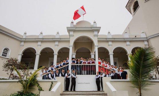 Lo staff al completo di Astrid y Gaston, fotografato il giorno della festa dell'indipendenza peruviana (il 28 luglio)