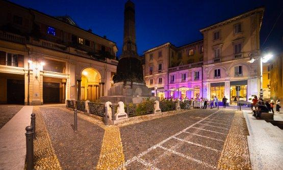 L'elegante Piazza del Lino a Pavia, di sera. Il ristorante è quello illuminato sulla destra