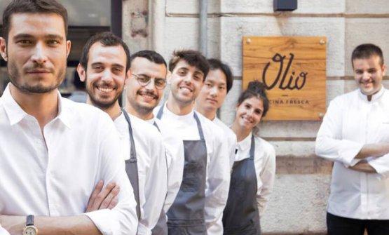 Angelo Fusillo, primo a sinistra, e Michele Cobuzzi, primo a destra; sono rispettivamente patron e chefdiOlio - Cucina Fresca, Milano