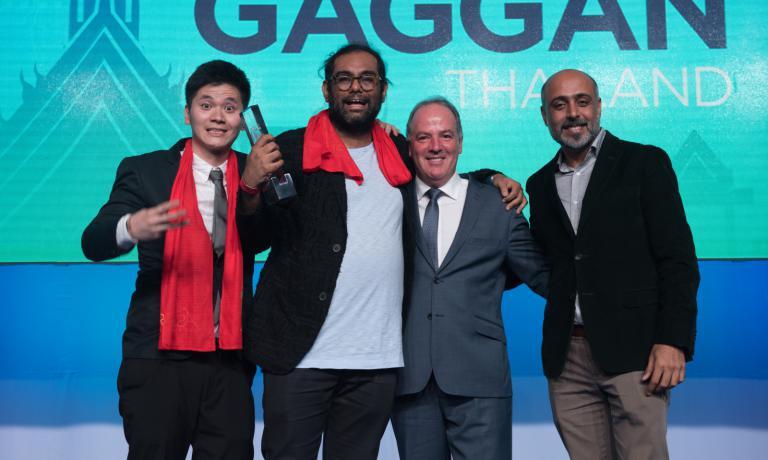 Gaggan Anand con il suo staff eBrett Hibbs, direttore della S.Pellegrino Asia Pacific Zone