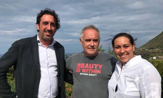 Ferran Adrià tra i fratelli Luca e Martina Caruso, maître e chef del Signum, hotel di Malfa, isoladiSalina. Il cuoco catalano ha trascorso una settimana divacanza in Sicilia e dintorni e ci ha concesso una lunga intervista
