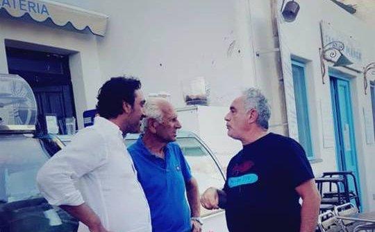 Adria e Luca Carusocon Alfredo Oliveira, titolare di Da Alfredo a Lingua (Salina), la granita più buona delle Eolie