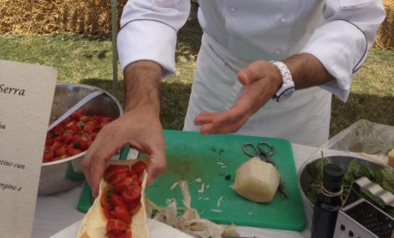 I Pistoccu di paulilatino con tamatta e pecorino. La mano che li regge appartiene a Roberto Serra del ristorante Su Carduleu di Abbasanta (Oristano)