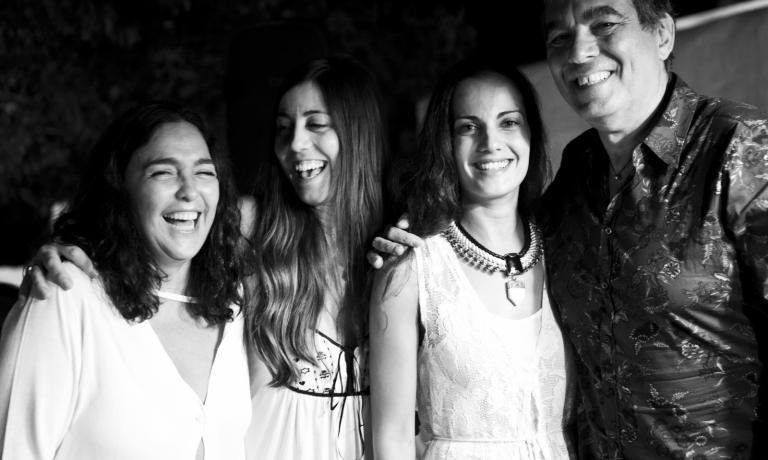 Paola Valeria Jovinelli e Claudio Ceroni, promotori dell'iniziativa, con Eleni Oulasan e Demetra Saltou, attente ed esperte responsabili del ristorante Rabagas