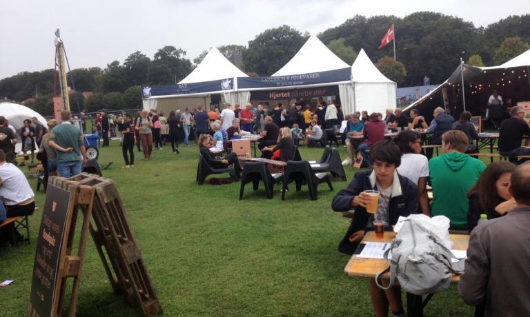 Il Food Festival di Aarhus ha registrato 27mila presenze nel fine settimana. Tra gli stand, tanti marchi di birra artigianale, chioschi di gelato all'azoto liquido, distillatori di mele, interpreti dismørrebrød e produttori di delizioso formaggio Unika