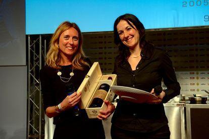 Identità Milano, febbraio 2014: Emanuela Tommolini (a destra) riceve da Nadia Zenato il premio Identità Donna