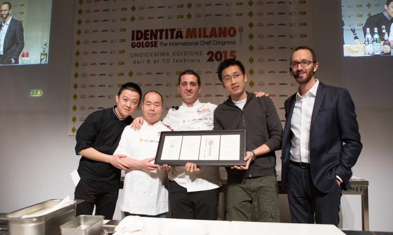 Foto di gruppo dello staff di Iyo dopo l'intervento a Identità Milano 2015, insieme a Federico De Cesare Viola che ha moderato la lezione
