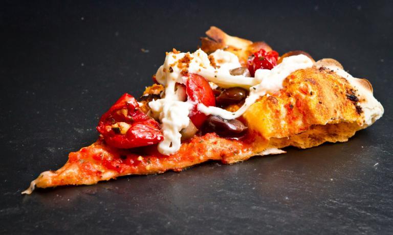 La pizzaColori Gustosi (pomodoro, cuore di burrata di Andria a crudo, olive taggiasche, pomodorini datterini confit, mandorle tostate): superlativa