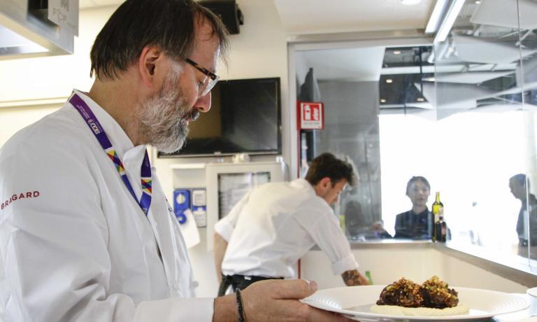 Niederkofler serve la suaGuancia di manzo brasata con purè di sedano, secondo piatto del menu presentato a Rho