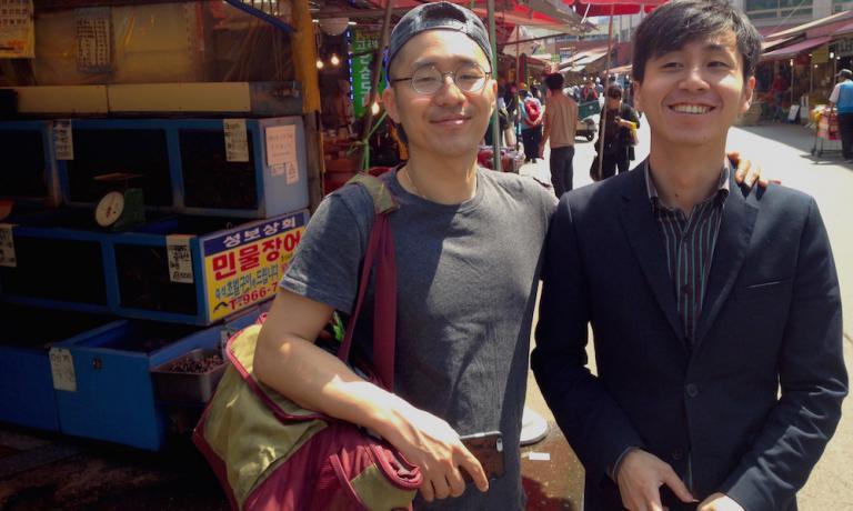 GUIDE. Le nostre guide d'eccezione tra i mercati di Seul: Mingoo Kang (chef del ristorante Mingles) e Jinmo Jang (ristorante And), 60 anni in due
