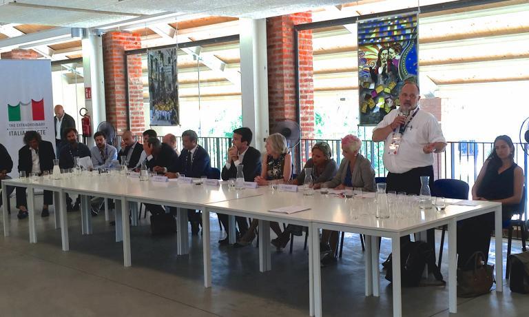 Paolo Marchi durante la sua introduzione al secondo Forum delle famiglie. Alla sua destra i ministri Giannini e Martina, poco dopo sarebbe anche arrivato Franceschini