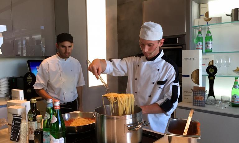 Denny Manzoni all'opera con il suo aiutante Andrea Vergani