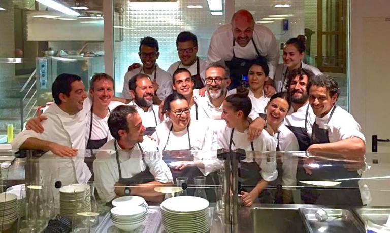 García (è quello più in alto di tutti) e la brigata di cucina l'altro giorno al Refettorio Ambrosiano, con Massimo Bottura (foto Luca Fantin)