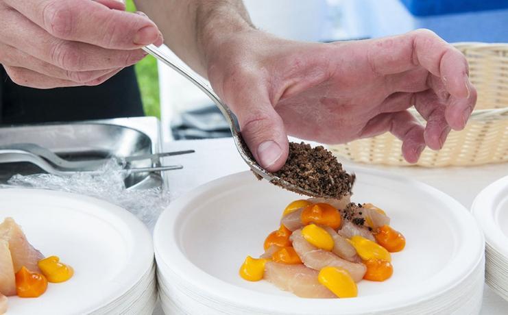 Il Salmerino di Preore, orzo tostato, carote, albicocche e crescionepresentato nel 2014 da Alfio Ghezzi. Lo chef della Locanda Margon sarà presente anche quest'anno