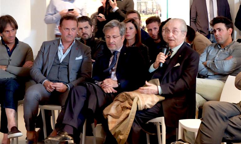 Gualtiero Marchesi parla circondato da alcuni dei nuovi grandi della ristorazione milanese, spesso suoi allievi: si riconoscono Davide Oldani, Francesco Cerea, Andrea Berton, Daniel Canzian