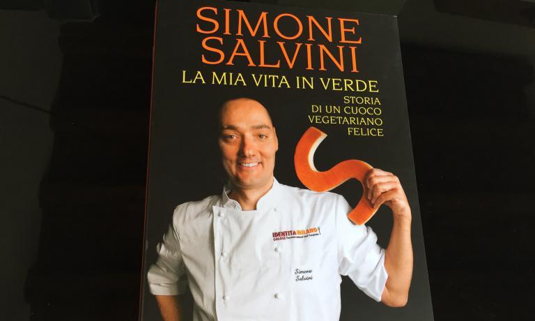 """""""La mia vita in verde. Storia di un cuoco vegetariano felice"""" (Mondadori, 214 pagine,acquisto online), l'ultimo libro diSimone Salvini"""
