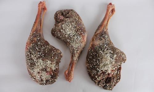 Una spalla di cervo con del sale sopra. E' una variante del fenalår norvegese, di solito fatto con l'agnello