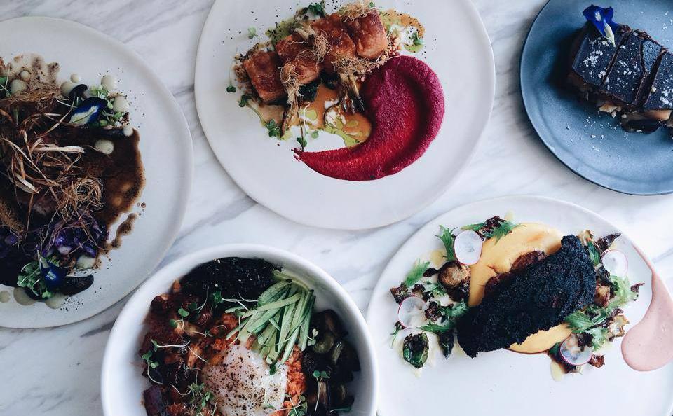 La cucina d'autore è un virus che non conosce ostacoli. Lo testimonia Margarita Forés, chef numero uno delle Filippine (e dell'Asia, secondo la World' 50Best 2016), autrice d'eccezione per noi di un excursus sui migliori ristoranti della sua città. Decine e decine di indirizzi, dalla cucina filipiina tradizionale a quella italiana e cinese(nella foto, la tavola del ristoranteThe Girl and the Bull). Traduzione di Slawka G. Scarso