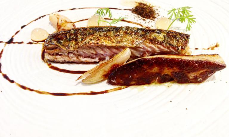 Sgombro, mela, foie gras e cipolla bruciata(foto Camilla Rocca)