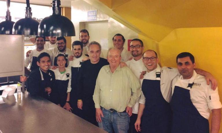 Lo staff di Marea Alta posa con due ospiti illustri: Ferran Adrià eJuan MariArzak