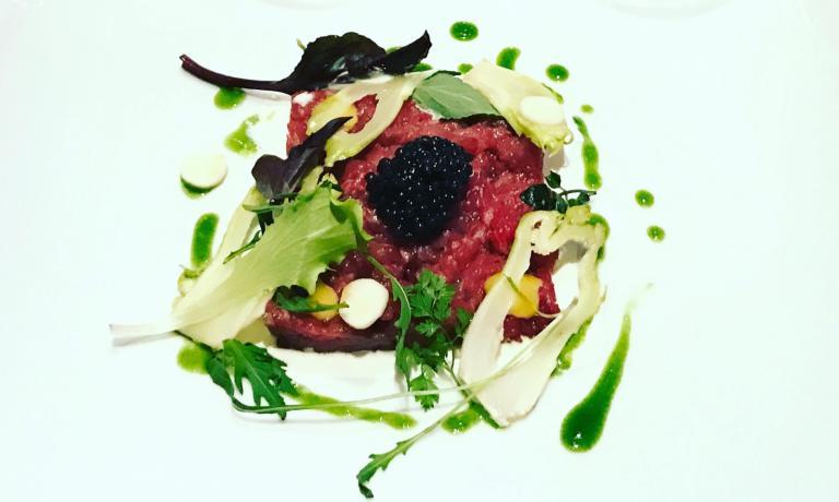 Vitella marinata, orto di stagione e caviale Calvisius Traditional e burrata, uno dei piatti del menu della serata